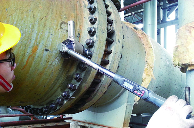 Flange bolt pre-tightening of high pressure pipe1